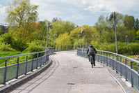 Radfahrer einer Brücke