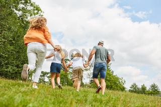 Familie auf einem Ausflug im Sommer