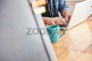 Programmierer arbeitet am Laptop