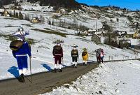 Gruppe schöner Kläuse auf Silvesterprozession am Alten Silvester, Urnäsch, Schweiz