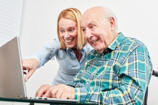 Alter Senior am Laptop Computer beim Video Chat