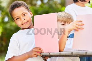 Junge im Kindergarten bastelt mit Karton
