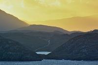 Sonnenaufgang hinter den Bergen an der schottischen Westküste
