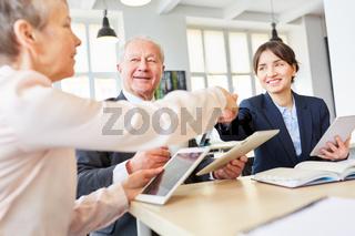 Geschäftsleute schütteln Hände nach Verhandlung