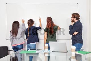 Studenten im Seminar am Whiteboard