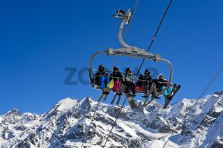 Skifahrer auf eihnem Skilift, Les Contamines-Montjoie, Montblanc Massiv, Frankreich