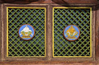 Fenster mit buddhistischen Motiven am Westlichen Dzuu Tempel
