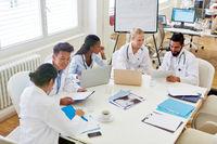 Ärzte im Medizinstudium diskutieren