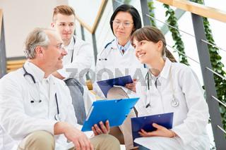 Chefarzt mit Krankenschwester und Therapeuten