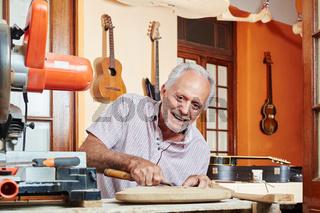 Herstellung einer Gitarre in Handarbeit