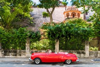Amerikanischer roter Cabriolet Oldtimer parkt vor der Festung el Morro in Havana Cuba