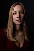 Portrait einer jungen blonden Frau von vorne