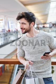 Mann nutzt eine Smartphone Shopping App