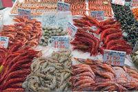 Verschiedene Garnelensorten auf einem Markt in Madrid