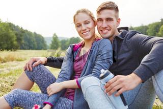 Verliebtes Paar sitzt glücklich in der Natur