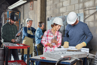 Gruppe Arbeiter in der Metallbau Werkstatt