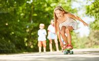 Mädchen hat Spaß beim Skateboard fahren
