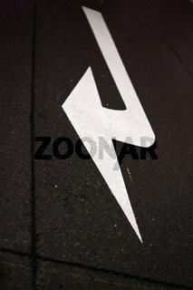 Straßenmarkierung bei Nacht