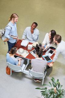 Studenten lernen zusammen als Team