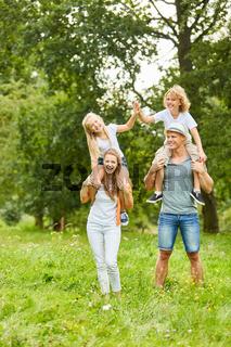 Eltern und Kinder haben Spaß beim Huckepack