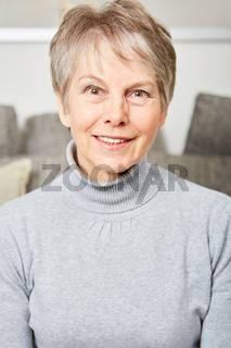 Seniorin als Rentner lächelt freundlich