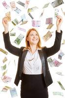 Frau freut sich über Regen aus Geld