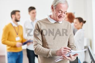 Senior macht sich Notizen