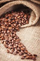 ausgeschüttete Kaffeebohnen