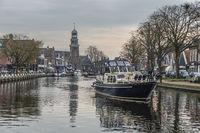 Eine Motoryacht auf dem Kanal im ehemaligen Fischerdorf Lemmer am Eiselmeer (IJsselmeer). Lemmer