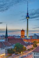 Das Rathaus und der Fernsehturm in Berlin