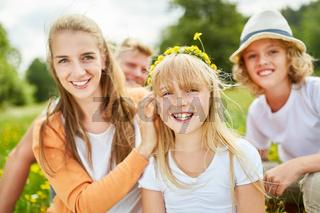 Glückliches Mädchen mit Blüten im Haar