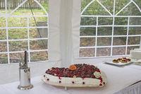 Traditionelle Hochzeitstorte mit Beerenfrüchten belegt