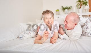 Senioren Paar hat Spaß und albert herum