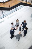 Gruppe Geschäftsleute bespricht eine Dienstreise