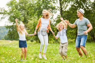Glückliche Familie und Kinder tanzen fröhlich
