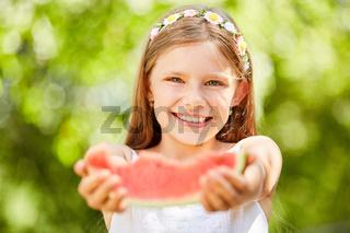 Mädchen möchte von Wassermelone etwas abgeben