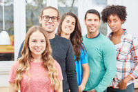 Junge Studenten bilden ein Start-Up Team