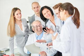 Klinik Mitarbeiter freuen sich mit ihrem Chef