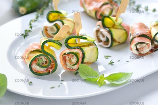 Zucchiniröllchen mit Schinken und Käse