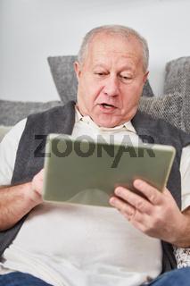 Senior staunt über seinen Tablet PC