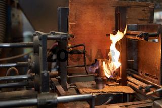 Feuer in einer Esse einer Schmiede Werkstatt