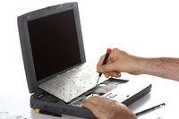 Techniker repariert Notebook