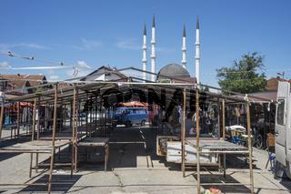 Markt in Sanski Most mit Moschee, Bosnien
