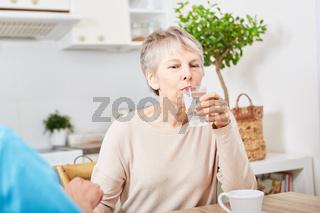 Senioren nimmt Tabletten ein
