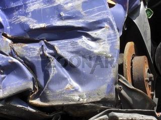 Gepresster Autoschrott zur Wiederverwertung auf einem Schrottplatz