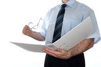 Buchhalter liest in Unterlagen