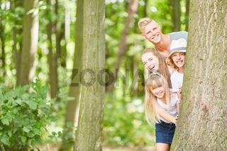 Familie und Kinder beim Versteckspiel