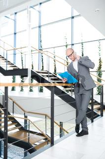 Geschäftsmann telefoniert im Treppenhaus