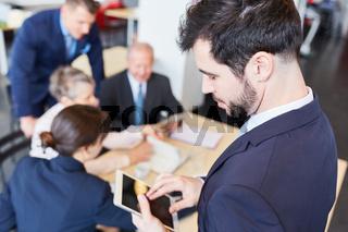Geschäftsmann mit dem Tablet Computer
