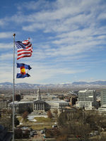 wehende Fahnen über der Stadt Denver,Colorado,USA